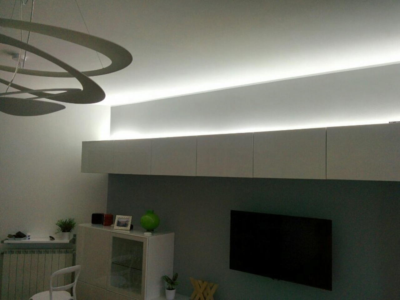 Striscia led sopra mobile installazione led per for Illuminazione a led per casa