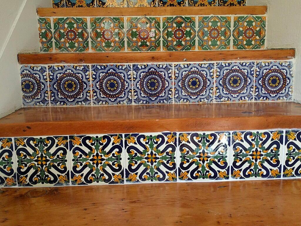 Escada de pinho com azulejos for Azulejos estilo mexicano