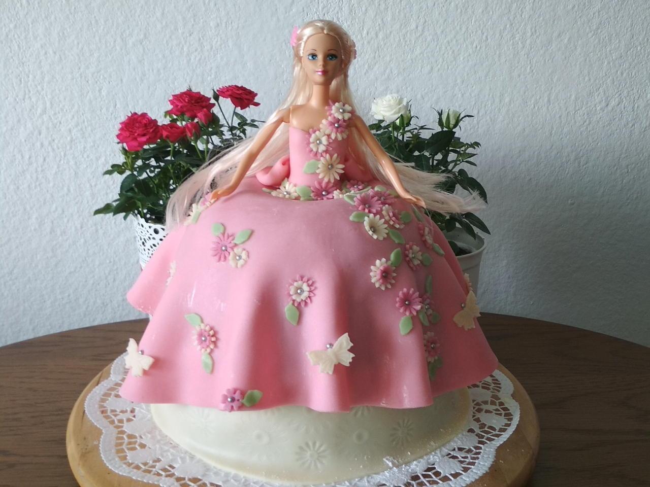 Výsledek obrázku pro dort s panenkou ke 3.
